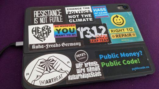 Auf dem Bild sieht man mein Tastaturcover mit etwa einem Duzend Stickern drauf, von denen die Mehrzahl auch politische Positionen enthält.